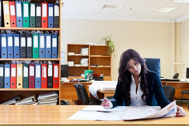 記事:職場での旧姓使用を求める訴え認められず、企業での通称使用についてのイメージ画像