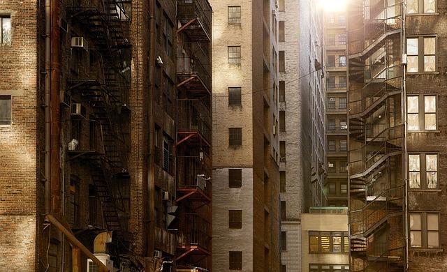 記事:違法マンションに市が是正命令、建築基準法による規制のイメージ画像