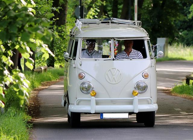 記事:「白バス」営業で映画プロデューサーらを逮捕、貸し切りバスの許可についてのイメージ画像