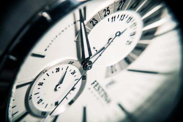 記事:まもなく施行、時間外労働規制についてのイメージ画像